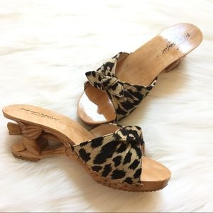 Betsey Johnson Bow Sandal with Wood Heel. Size 7